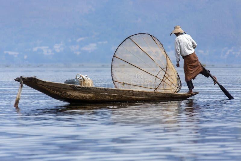 Lägga benen på ryggen roddfiskaren - Inle laken - Myanmar royaltyfria bilder