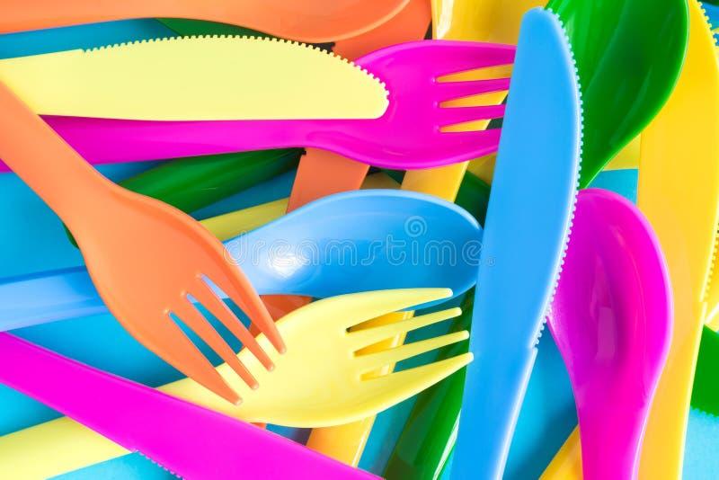 Lägga framlänges av mångfärgade skedar, knivar och gaffelabstrakt begrepp royaltyfri fotografi