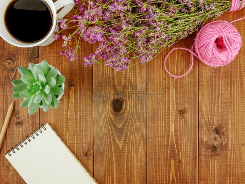 Lägga framlänges, det bruna träskrivbordet för den bästa sikten med brevpapper och kaffe royaltyfria bilder