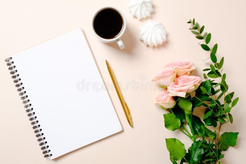 Lägga framlänges, flickor dagbok för den bästa sikten, kaffekoppen och blommor på rosa bakgrund Kvinnlig skrivbordworkspace, inri royaltyfria foton