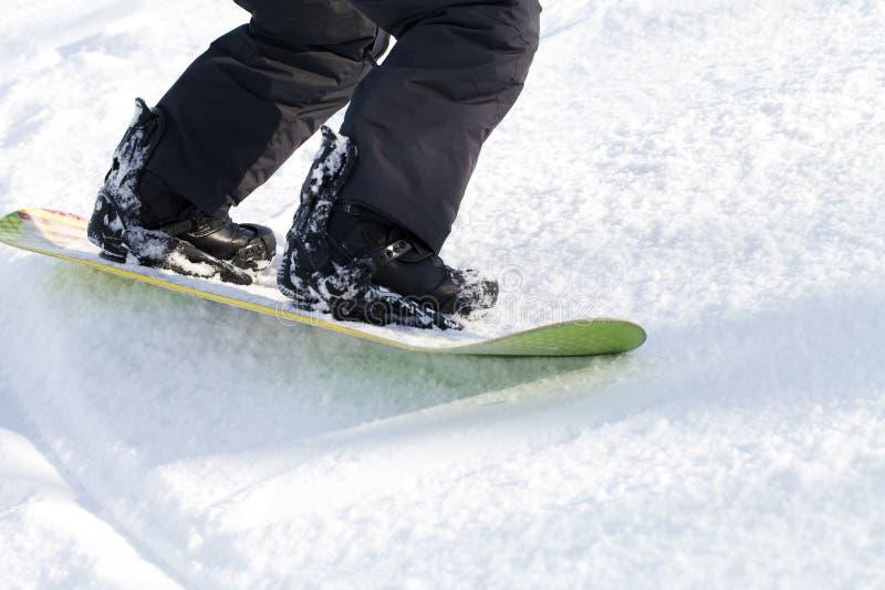 Lägger benen på ryggen snowboarderen, aktiva sportar royaltyfri foto