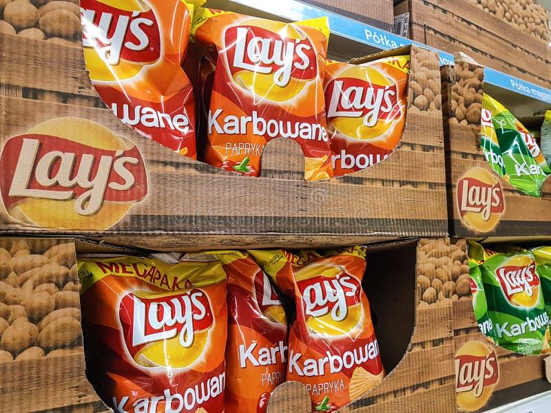 Lägger chiper på lagerhyllor arkivfoton