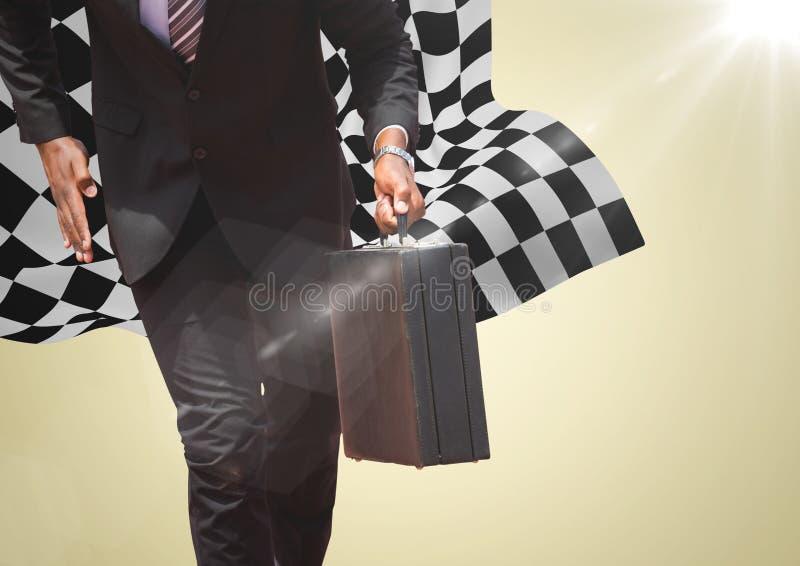 Lägre kropp för affärsman med portföljen mot gul bakgrund och rutig flagga arkivfoto
