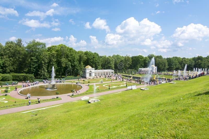 Lägre Peterhof parkerar och springbrunnar, St Petersburg, Ryssland royaltyfri fotografi
