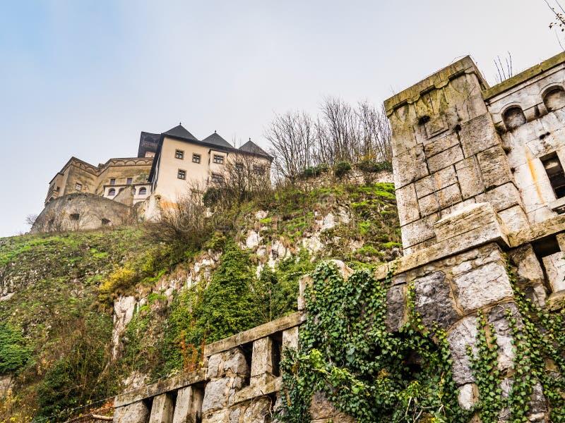 Lägre sikt av den Trencin slotten, Slovakien arkivfoton