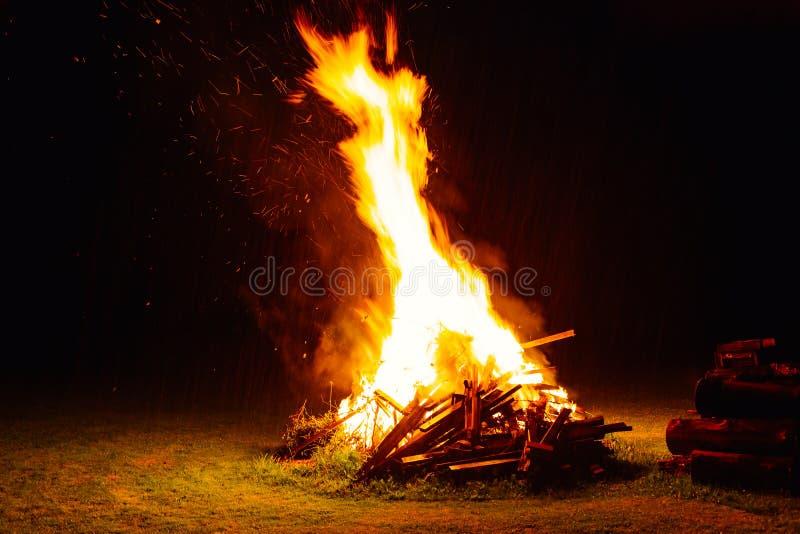 Lägret avfyrar på natten royaltyfria foton