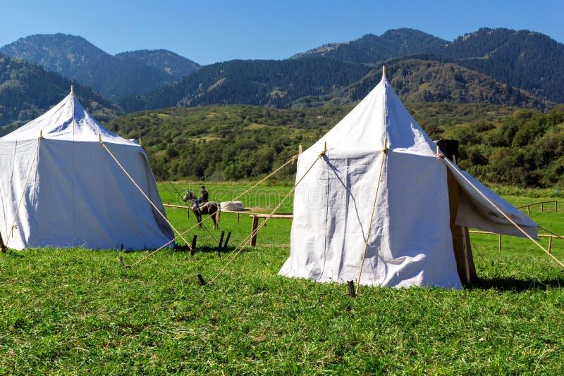 Lägret på ett berg betar arkivfoton