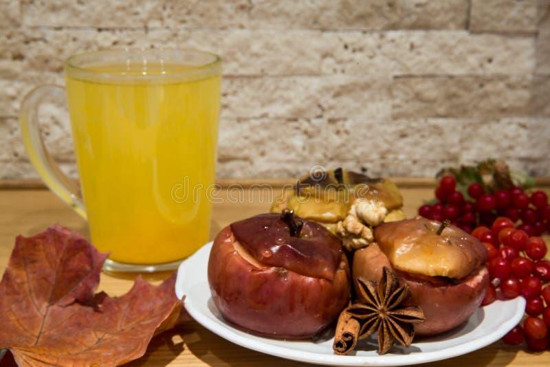 Läka hav-buckthorn te med den bakade äppleefterrätten med rött vin royaltyfria foton