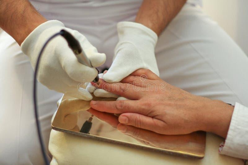 Läka kroppen vid hjälpen av bioresonancebehandling fotografering för bildbyråer