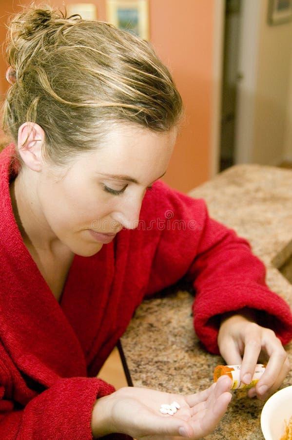läkarbehandling som tar kvinnan arkivfoto