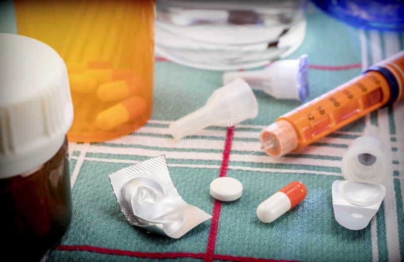 Läkarbehandling under frukosten, insprutningspump av insulin samman med en flaska av piller, begreppsmässig bild royaltyfri bild