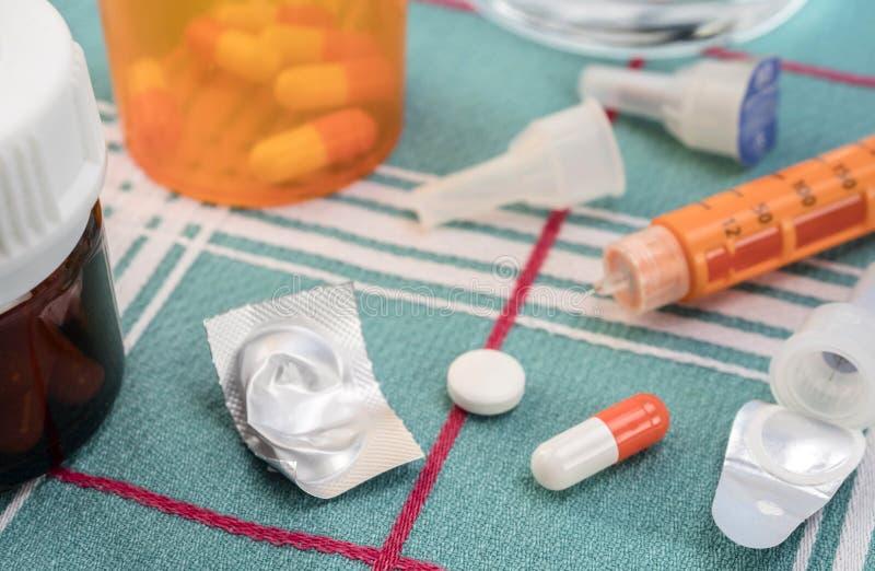 Läkarbehandling under frukosten, insprutningspump av insulin samman med en flaska av piller, begreppsmässig bild fotografering för bildbyråer