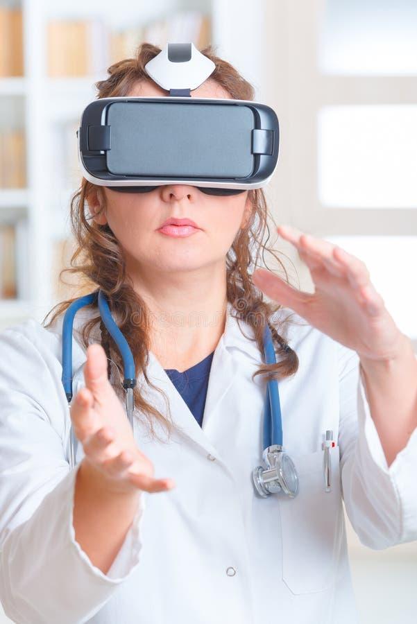 Läkare som använder virtuell verklighethörlurar med mikrofon royaltyfri bild