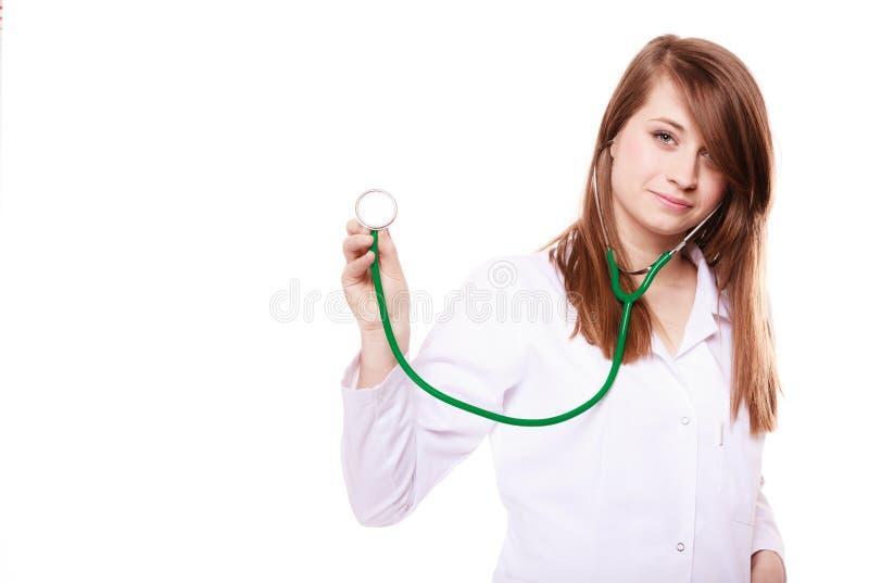läkarundersökning Kvinnadoktor i labblag med stetoskopet royaltyfri foto
