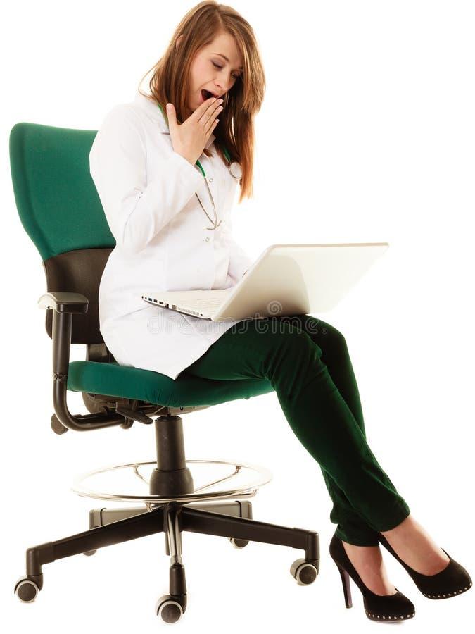 läkarundersökning Kvinnadoktor som arbetar på datorbärbara datorn arkivbild