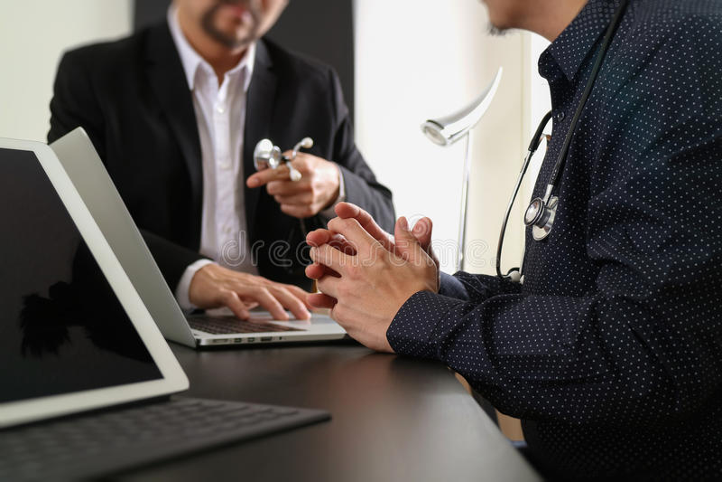 Läkarundersökning- och hälsovårdbegrepp, doktorsmöte med hans lag in royaltyfri bild
