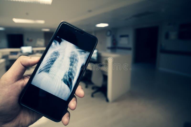 Läkarundersökning och Smartphone arkivbilder