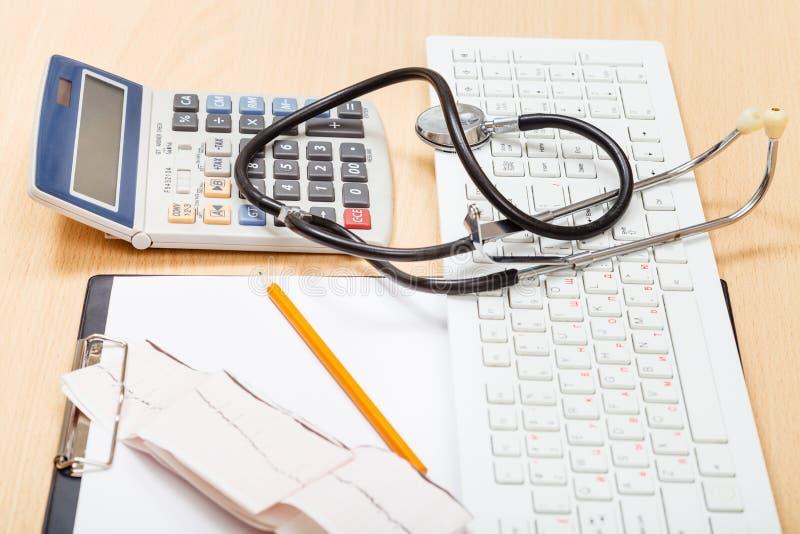 Läkarundersökninghjälpmedel på tabellen royaltyfri foto