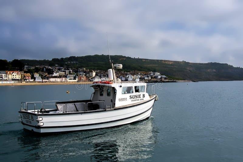 Lämna hamnen på Lyme Regis arkivfoto