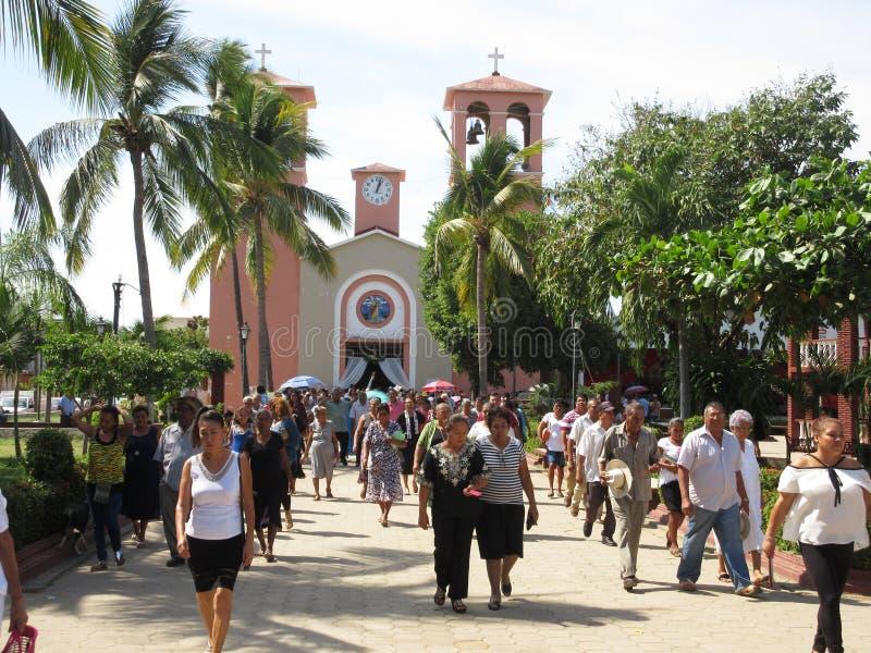 Lämna kyrkan i San Marcos Mexico royaltyfri bild