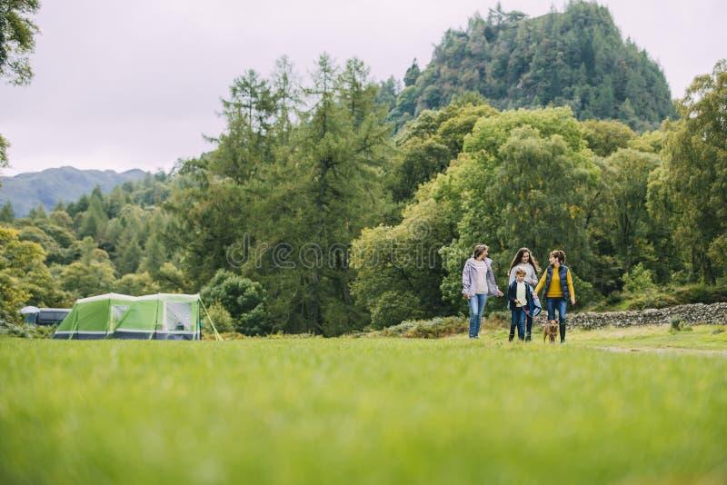 Lämna lägret för att gå för en vandring royaltyfri foto