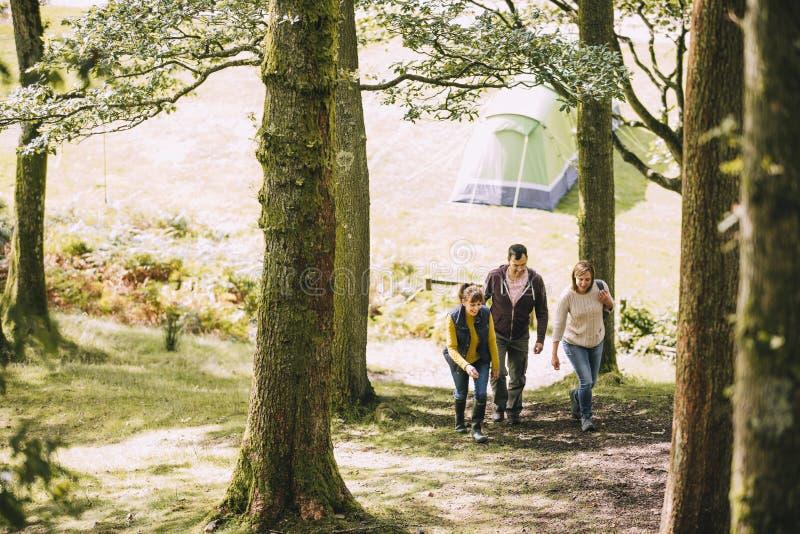 Lämna lägret för att gå för en vandring royaltyfri fotografi