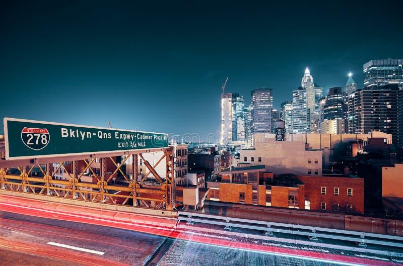 Lämna Manhattan via den Brooklyn bron, New York royaltyfri foto