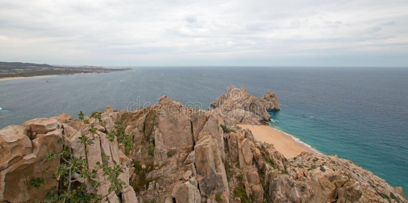 Länder avslutar och skilja sig från stranden som sett från överkant av Mt Solmar i Cabo San Lucas Baja Mexico royaltyfri foto