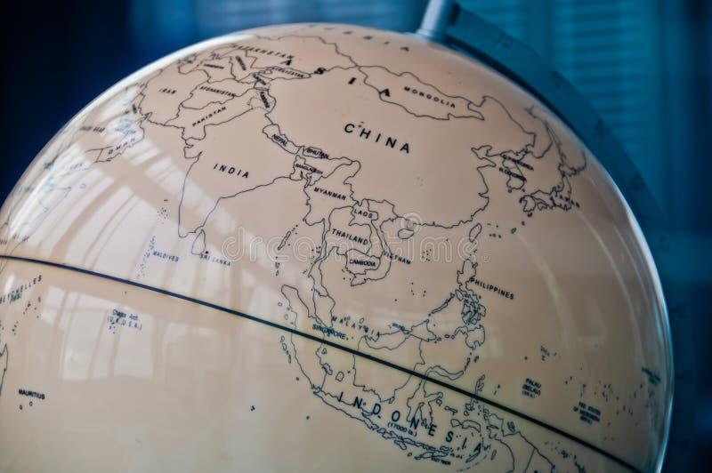 Länder Chinas Indien und Südostasiens zeichnen in einer Retro- alten klassischen Weinlese Erdkugel im Exekutivverwaltungsratraum  lizenzfreies stockbild