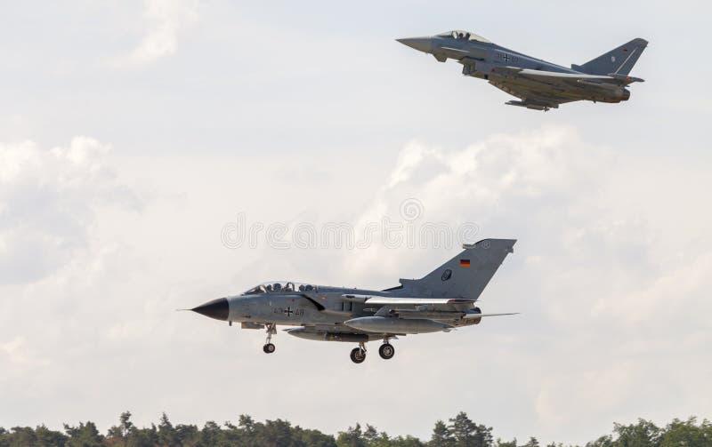 Länder för Panavia tromb och för en eurofightertyfon på flygplats royaltyfri foto