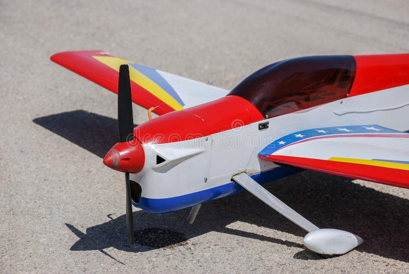 Länder för RC-modellflygplan på asfalt royaltyfri bild
