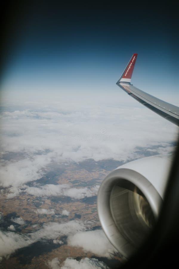 Länder och ängar av Spanien, med blå himmel överst och vita moln som beskådas från norska flygbolag, hyvlar royaltyfri foto