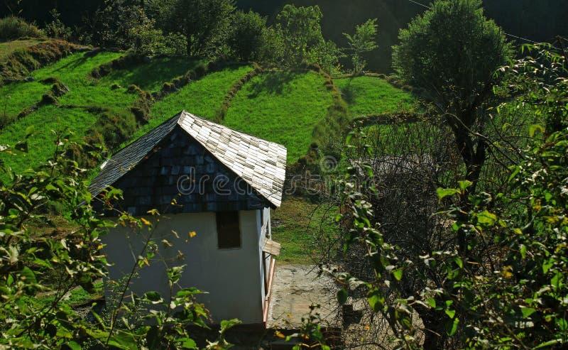 Ländliche biologische Landwirtschaft Himachal n und Häuschenarchitekturhütte in der Fernhimalajaregion stockfotos