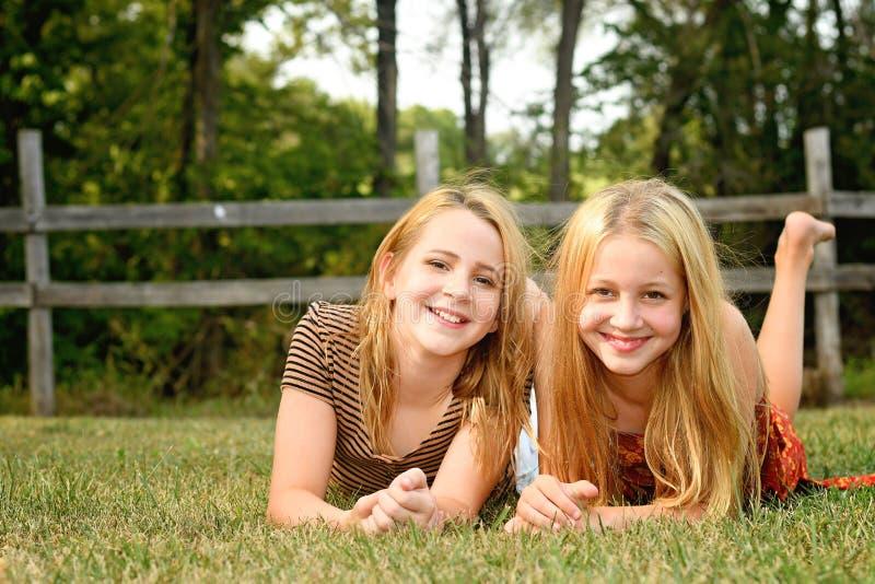 Ländliche Einstellung des Porträts mit zwei Mädchen lizenzfreie stockfotos
