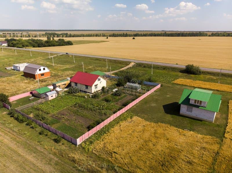 Ländliche Herbstlandschaft von der Höhe in Russland lizenzfreie stockfotos