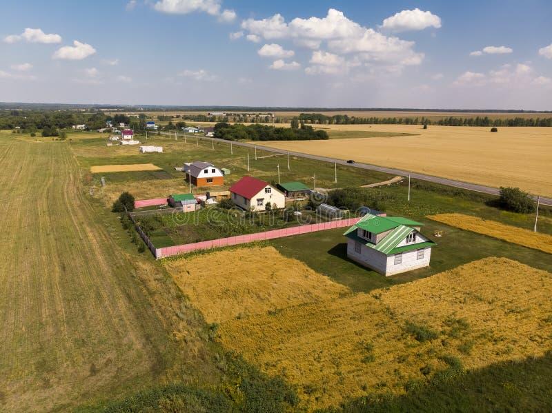 Ländliche Herbstlandschaft von der Höhe in Russland stockfotos