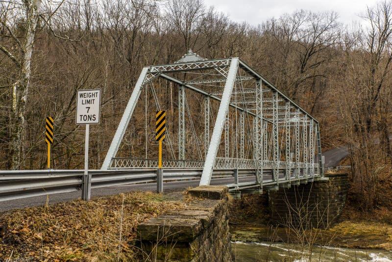 Ländliche, historische Brücke - Fredericktown, Ohio stockbild