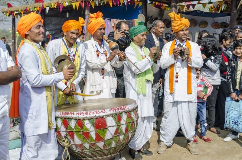 Ländliche indische Künstler, die Musikinstrumente spielen stockbild