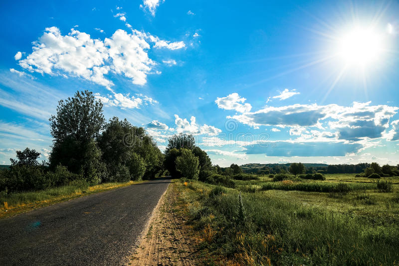 Ländliche Landschaft außerhalb der Stadt mit Sonne glättend, beleuchten Sie stockfotos