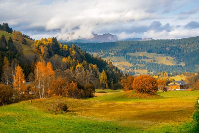Ländliche Landschaft des bunten Herbstes im Bergdorf lizenzfreies stockbild