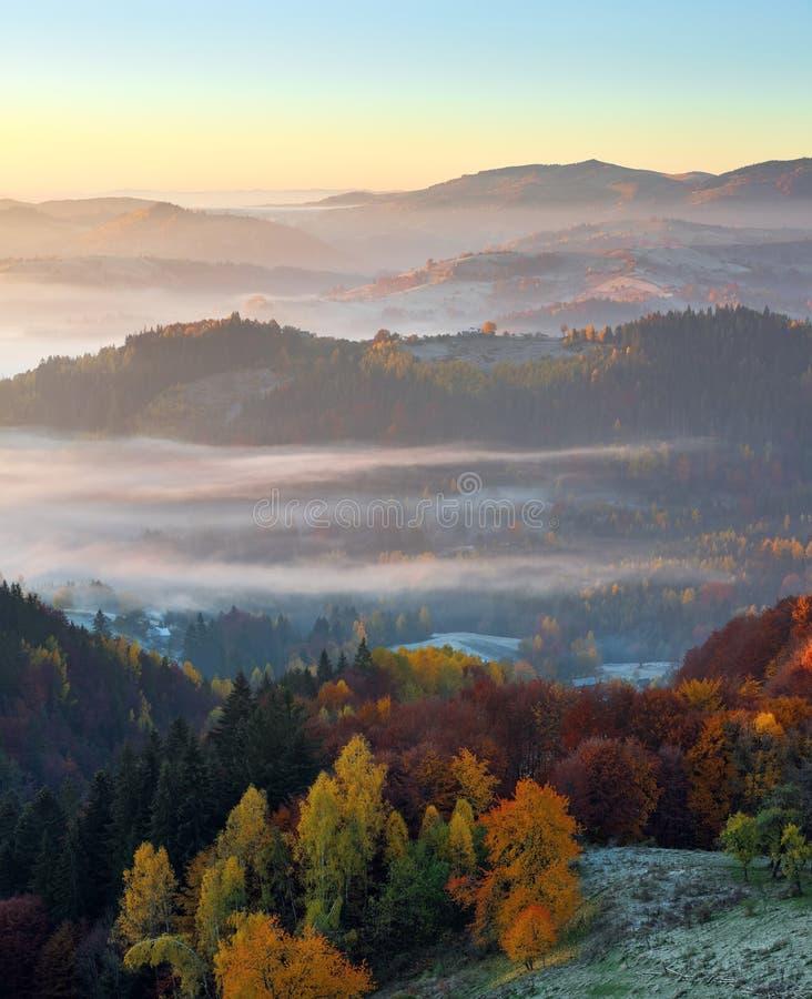 Ländliche Landschaft des majestätischen Herbstes Interessanter Sonnenaufgang Eine Ansicht vom Rasen zum Hochgebirge und zu den Wä stockbilder