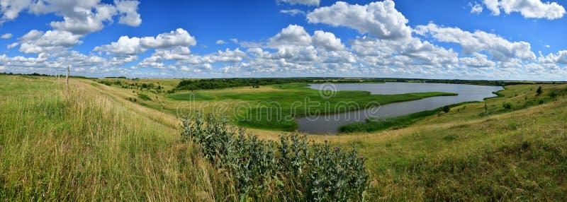 Ländliche Landschaft des schönen Sommers mit einem See lizenzfreie stockbilder