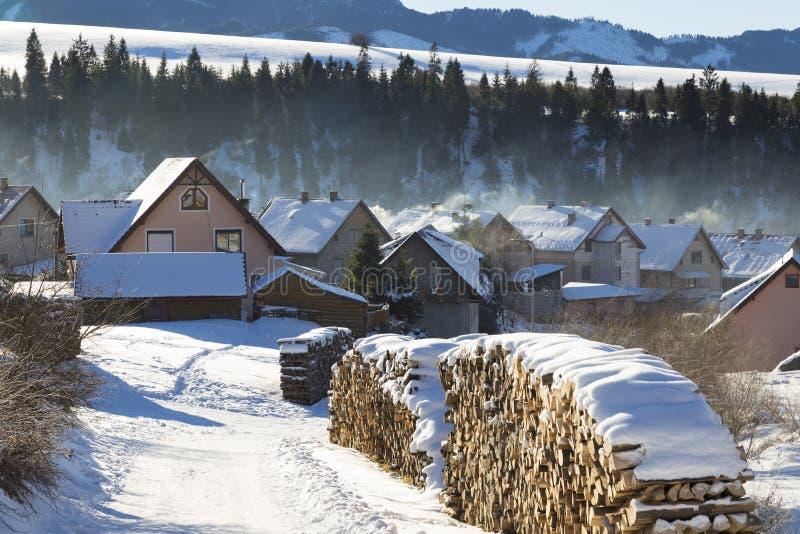 Ländliche Landschaft des Winters - Bergdorf bedeckt mit Schnee lizenzfreie stockfotos