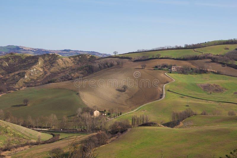Ländliche Landschaft des Winters mit einem Bauernhof und einem fileld stockbild