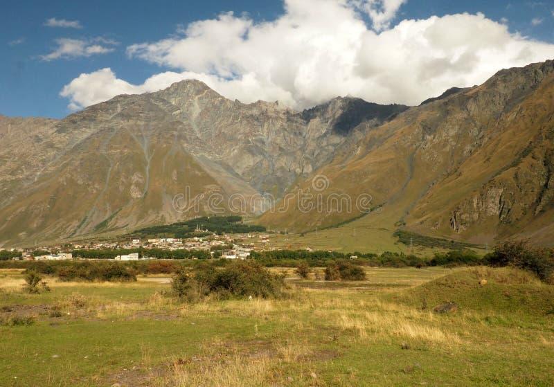 Ländliche Landschaft mit bewaldetem Hügel im Berggebiet reizende Frühherbstlandschaft mit bewölktem Himmel stockbild