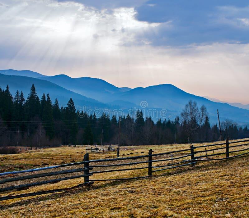 Ländliche Landschaft und die Berge stockfotos