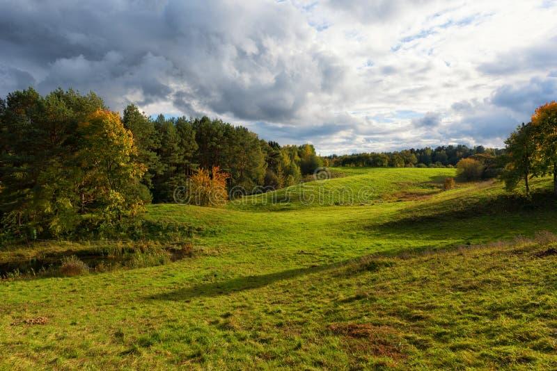 Ländliche Landschaftsherbstszene Litauen lizenzfreies stockfoto