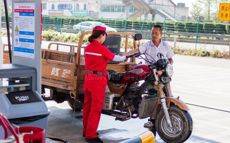 Ländliche Tankstelle Chinas stockfotos