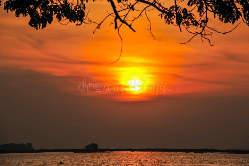 Ländlicher Fluss mit Sonnenaufgang stockbild