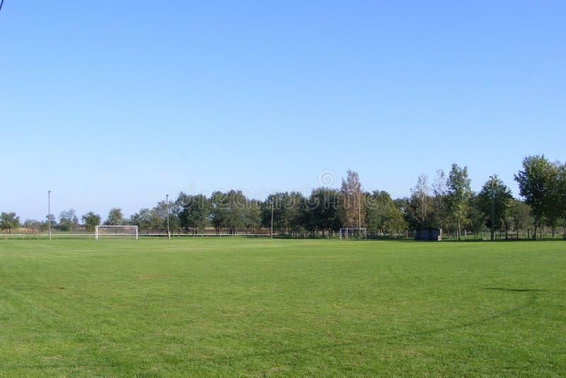 Ländlicher Fußball, Fußballneigung genommen von der Haupttribüne auf einem sonnigen Frühling, Sommertag stockfotografie